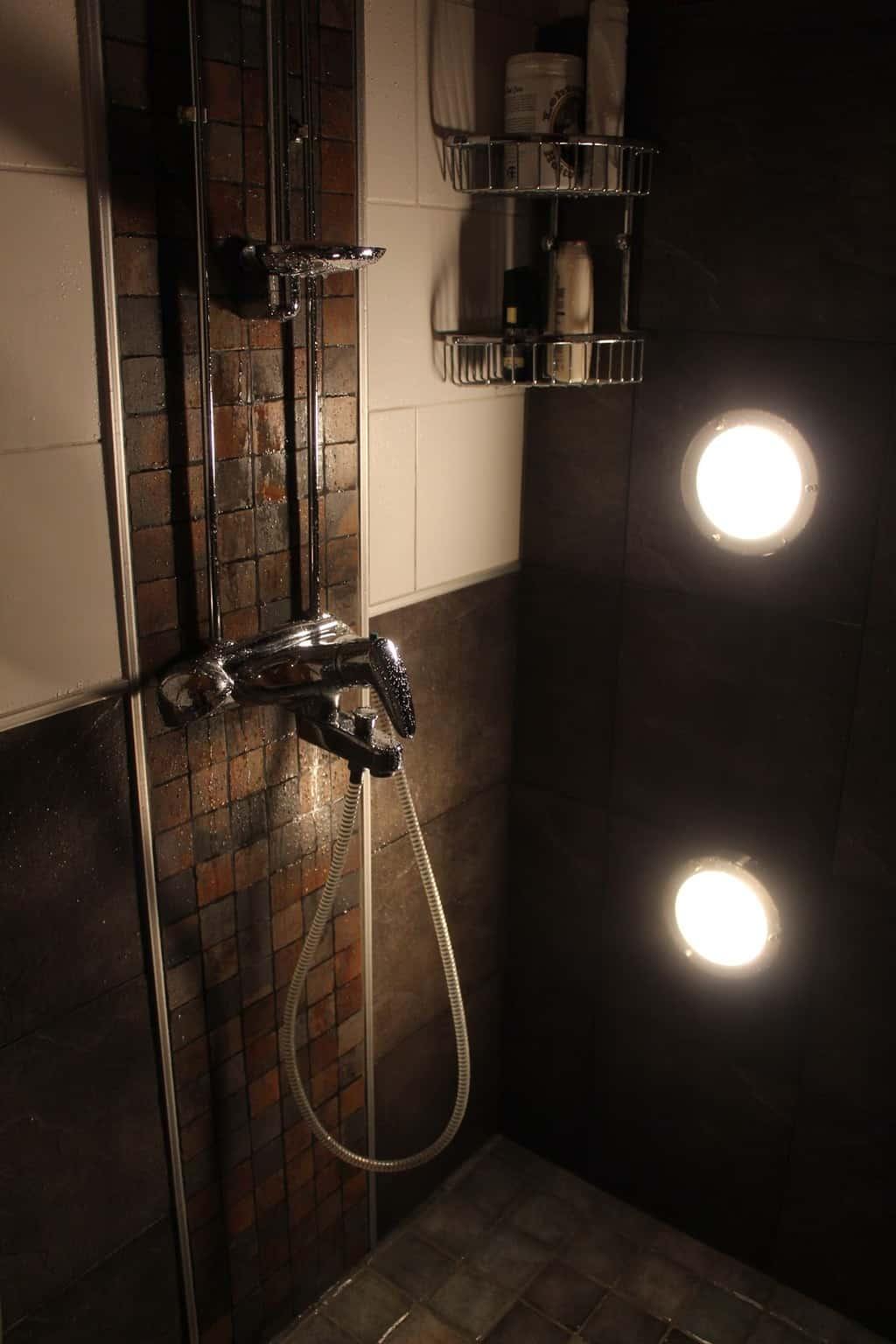 gresie si faianta intr-o baie in stil industrial